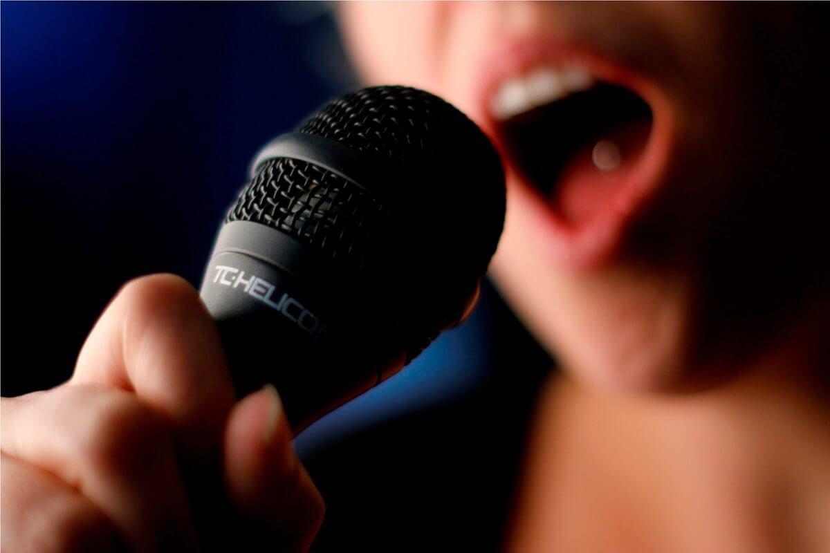 À quoi ressemble un microphone à travers un ampli de guitare